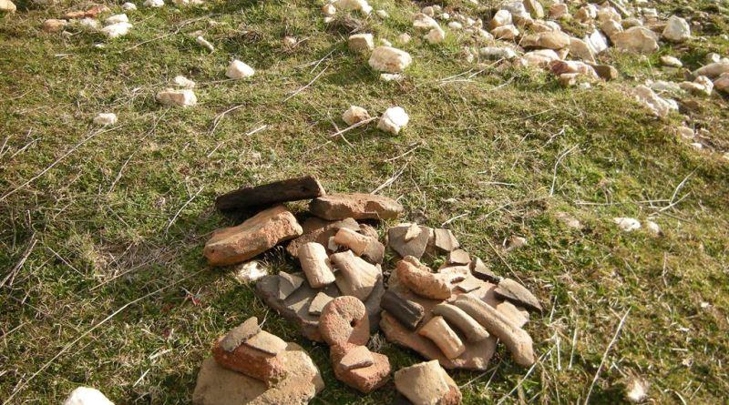 Куп фрагмењнти од керамички садови и предмети со раскопан терен