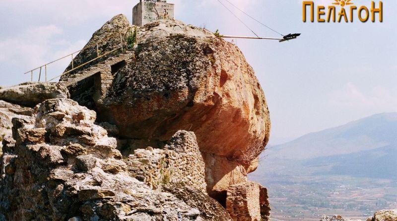 """Култната карпа на """"Чардак"""" со голем број експонати од разновидна симболика"""