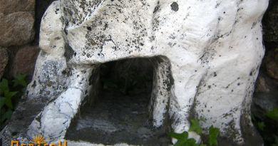 Долниот дел од скулптурата со деталите и отворот за ритуални жртви
