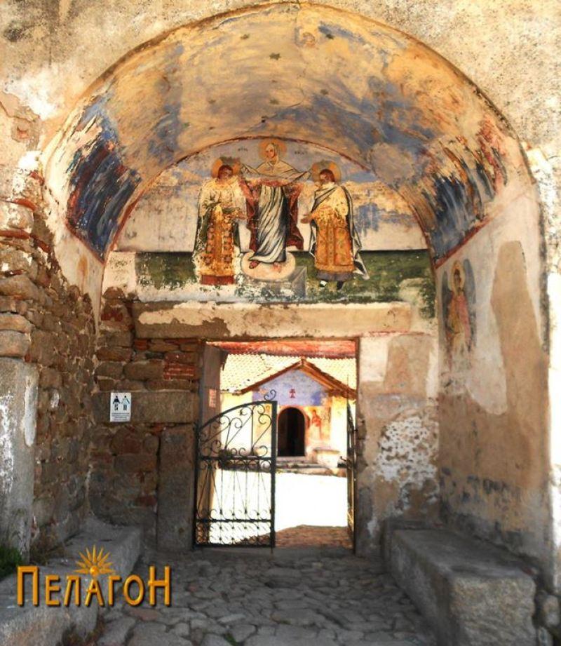 Пред манастирската порта
