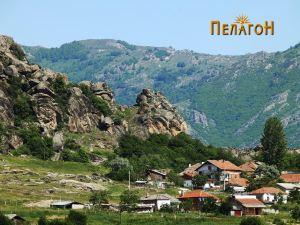 """Главната карпа """"Кукуделица"""" со дел од Варош"""