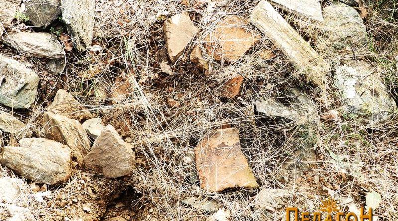 """Фрагменти од тегули и керамички садови од """"Трновски Рид"""""""
