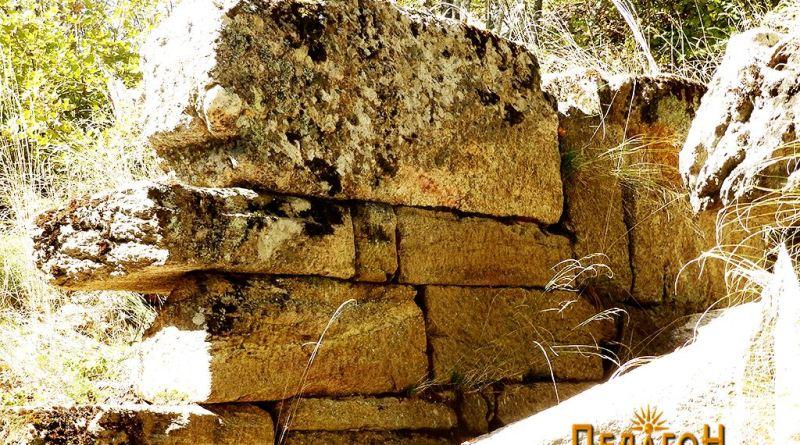 """Ѕидот на левата страна од влезот во """"палатата"""""""