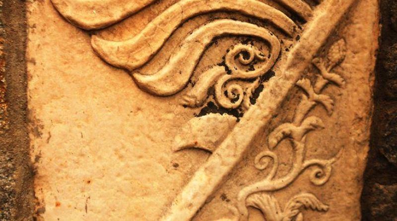 Мермерен споменик со релјеф со претстава на винова лоза во манастирот