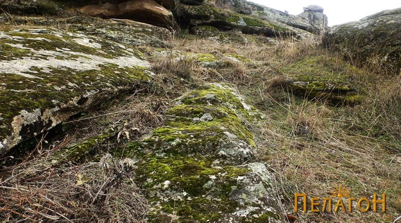 Скали во близина на некрополата од северозападната страна 2