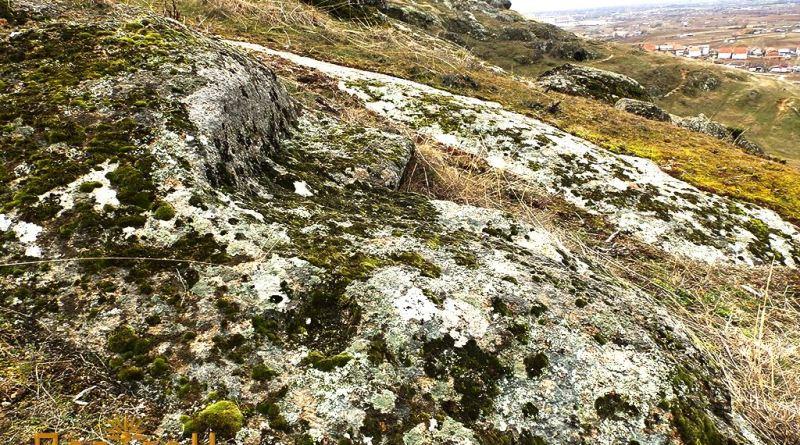 Обработен дел во карпа во близина на некрополата