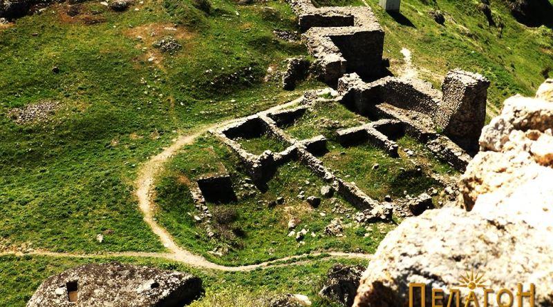 Седлото на Маркови Кули - познато како Средикули со остатоци од престижни градби