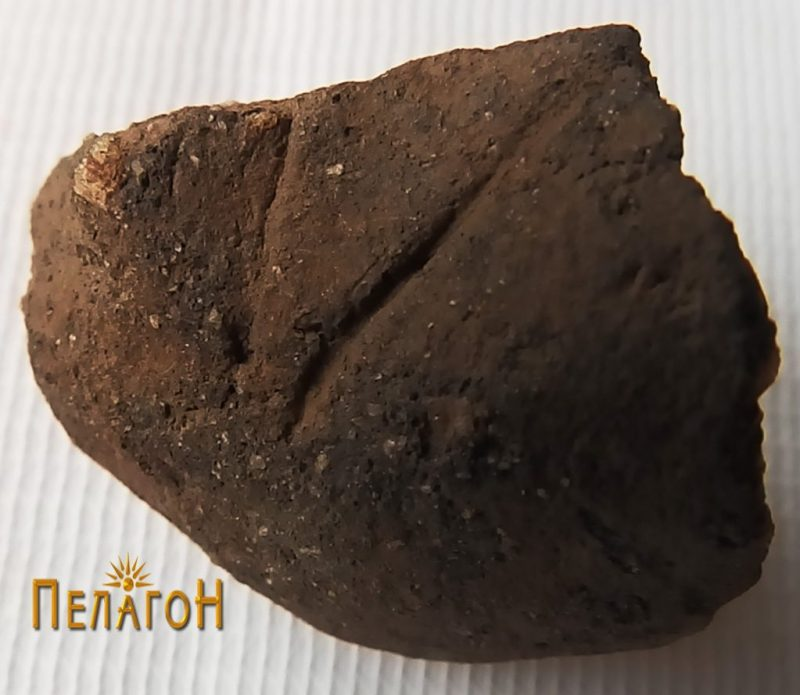 Фрагмент од мала керамичка фигура - десен колк 3