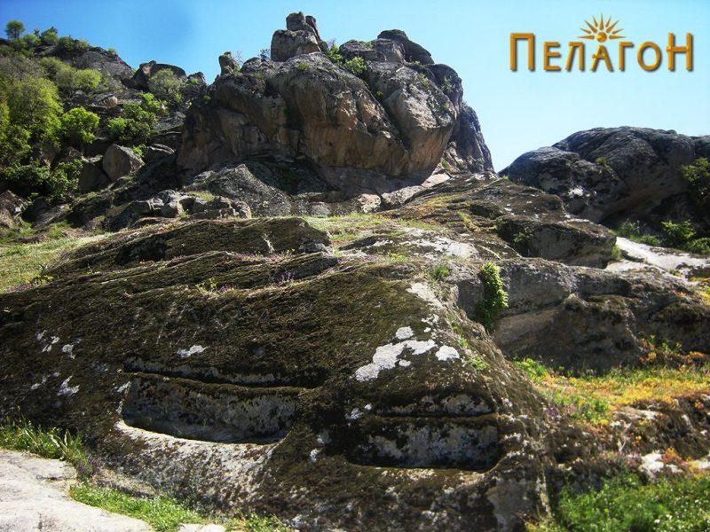 """Обработени делови од карпите со """"Кукуделица"""" во позадина"""