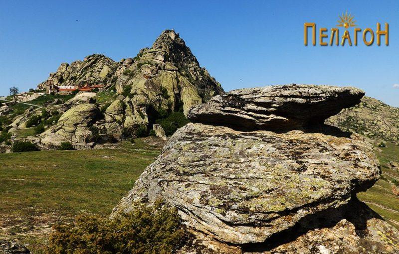 Малото (жртвено) плато од менхирот со поглед кон Златоврв