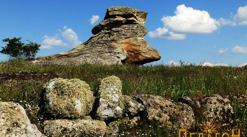 Централната култна карпа на Гумење од северозапад - со оградниот ѕид на некрополата