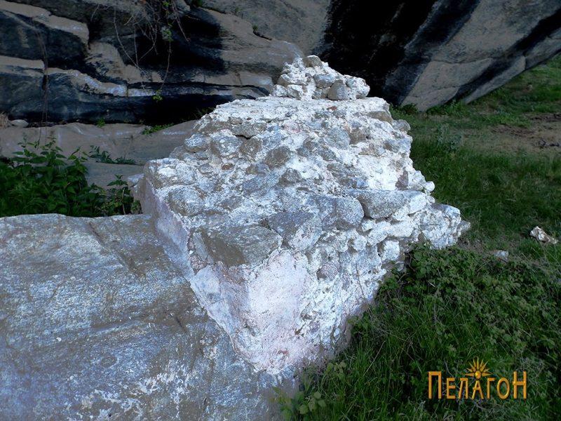 Објектот од масивен ѕид - жртвеник, од јужната страна