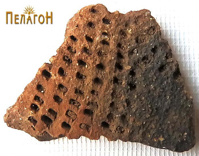 Фрагмент од керамички сад украсено со дупчење