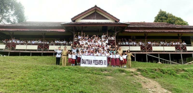 Bantuan Perlengkapan Sekolah dari Presiden Jokowi Sampai ke Anak-Anak Bengkayang Bantuan Perlengkapan Sekolah dari Presiden Jokowi Sampai ke Anak-Anak Bengkayang