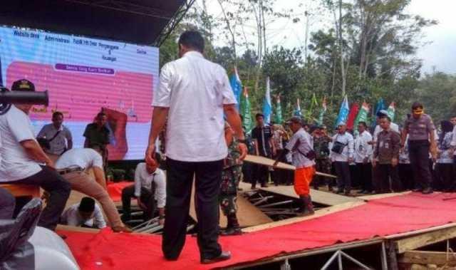 Panggung Utama untuk Presiden Jokowi Ambruk di Desa Muruy Pandeglang