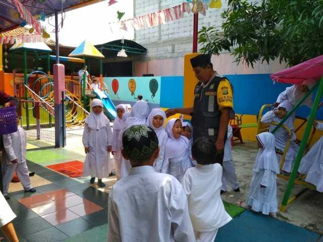 Anggota Polsek Ciledug Motivasi Murid TK Untuk Giat Belajar