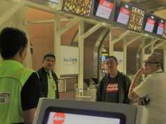 Bos Bandara Soetta Pakai Jaket Bomber Saat Pemindahan Air Asia Dilakukan Dini Hari