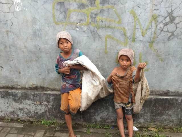 Dua Anak Ditelantarkan Ibunya Jadi Gelandangan di Kota Serang