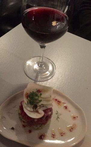 Beef tartare och ett glas Beaujolais