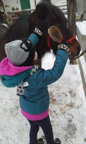 bambina-passeggiate-pellizzano-centro-equitazione