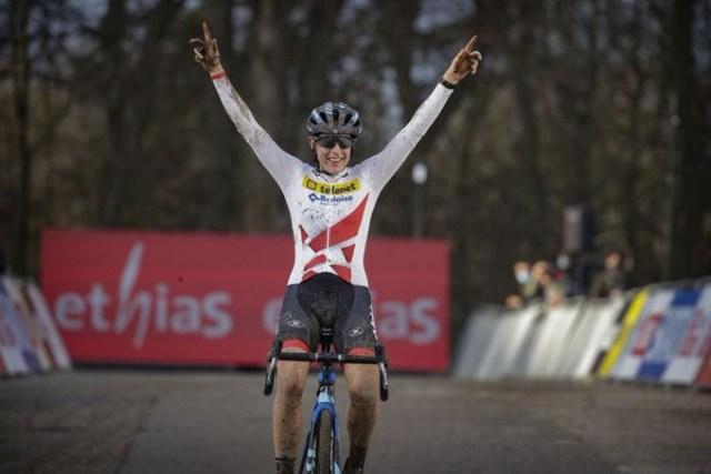 Lucinda Brand doutrina na Copa do Mundo de Cyclocross!