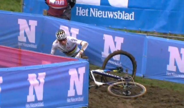 Mathieu Van der Poel escorrega com sua bicicleta   Captura Canal UCI