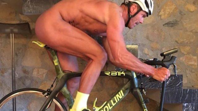Mario Cipollini nu sobre a bicicleta em peça publicitária