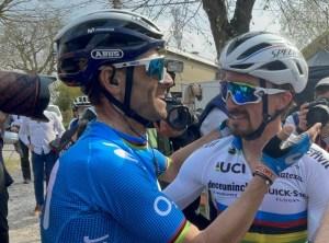 Alejandro Valverde cumprimenta Alaphilippe pela vitória | Foto Team Movistar