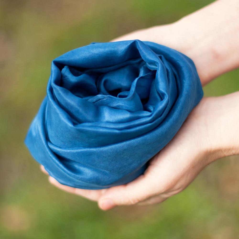 Foulard en soie bleu teinture pastel des teinturiers