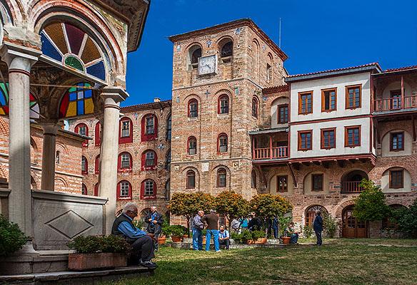 În curtea Mănăstirii Xiropotamu - foto pr. Contantin Prodan
