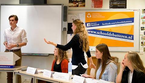 Leerlingen Anna van Rijn en Oosterlicht debatteren over LHBT-emancipatie en stemplicht tijdens NK Debatteren voor Scholieren