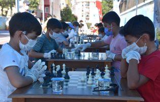 Çocuk Sokağı'nda Satranç Keyfi
