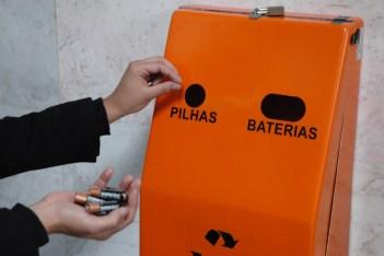 Resultado de imagem para Pilhas e baterias devem ser descartadas em postos