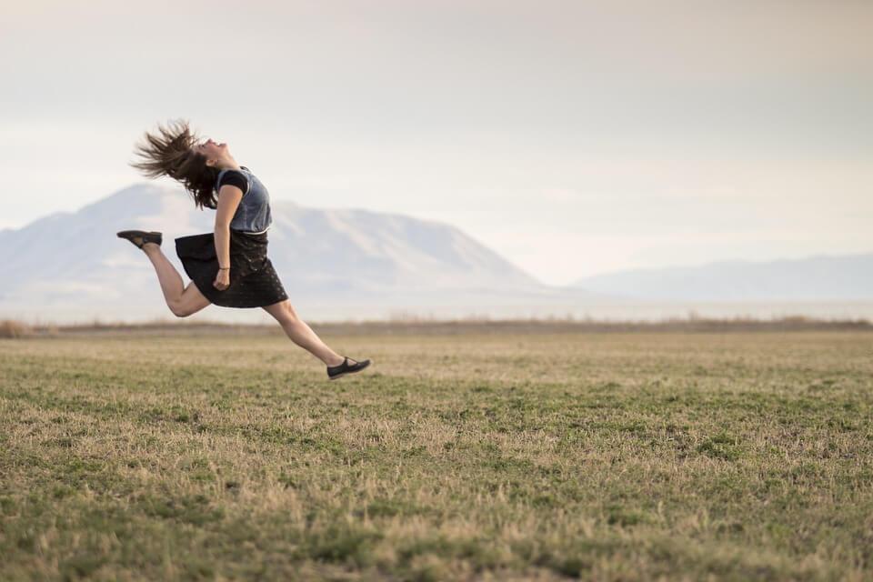 Ser mais feliz ajudará você a viver mais, então aprenda a ser mais feliz