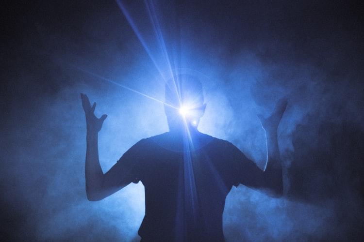 Se você acender uma luz para alguém, ela também iluminará seu caminho