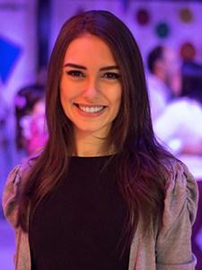 Débora Marx, realizadora do episódio Euzaria do Pense Grande.doc tem cabelos longos castanhos e sorri