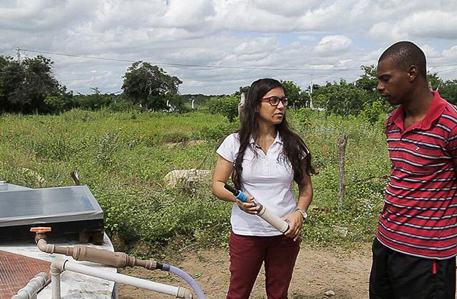 Imagem mostra mulher segurando filtro de água e homem está ao seu lado