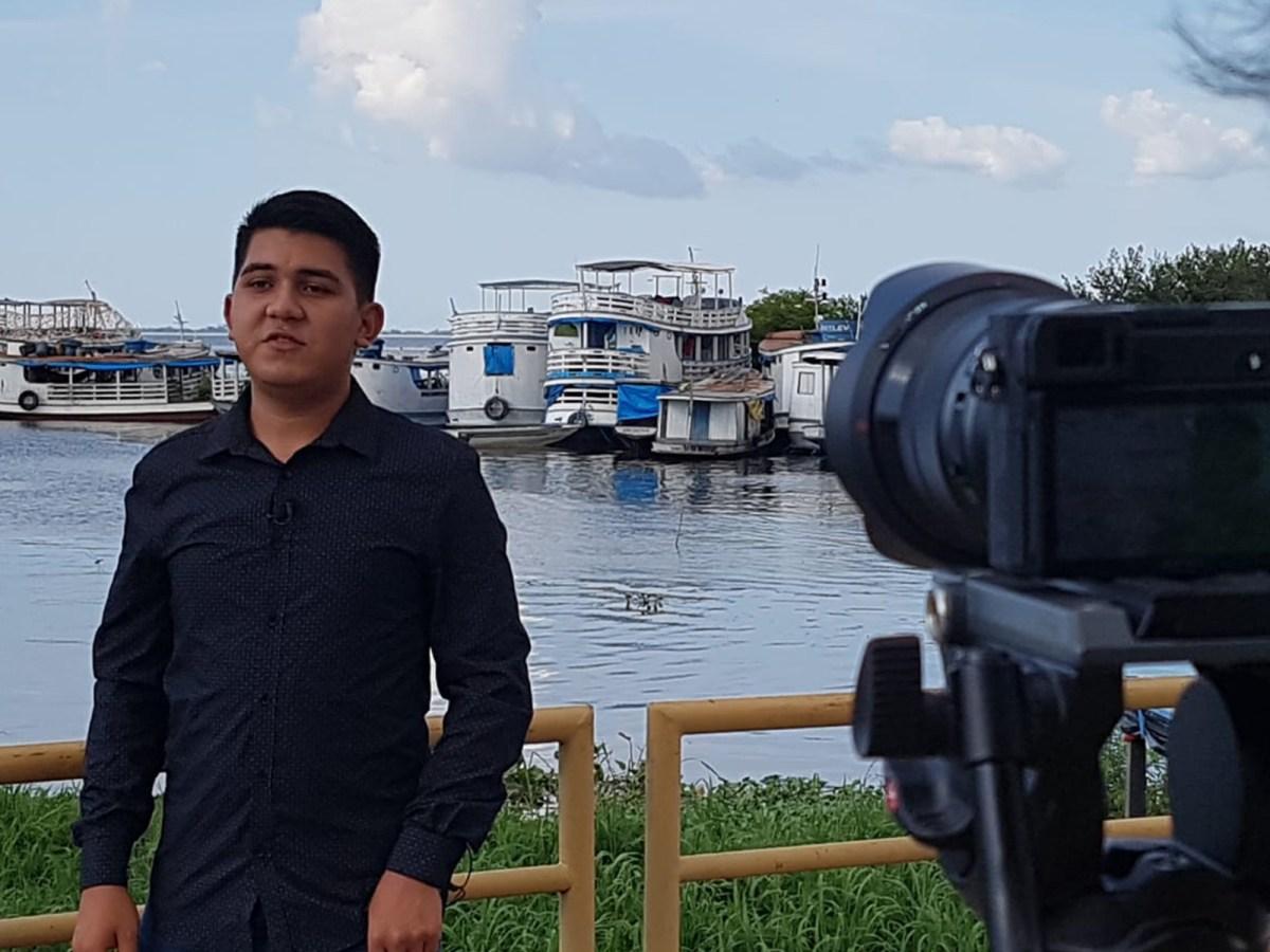 Imagem mostra jovem usando camisa preta na gravação do Embarcar em porto de Santarém