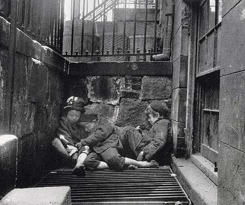Dečaci spavaju u Arapskoj ulici, u Njujorku