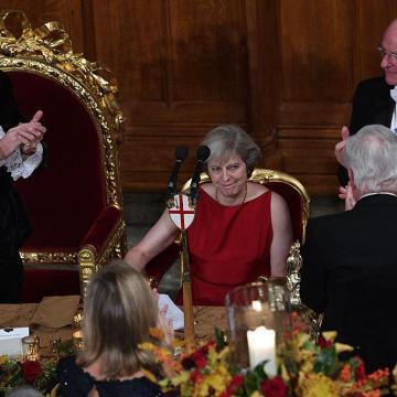 Vic nedelje: Premijerka Britanije o globalnoj eliti, okružena lordovima i bankarima