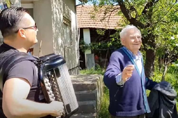 Za 85. rođendan, sa harmonikom kroz selo (video)
