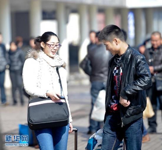 3月6日,兩位旅客在哈爾濱火車站廣場前行走。當日是全國春運的最後一天,為期40天的2013年春運落下帷幕。 新華社記者 王松攝