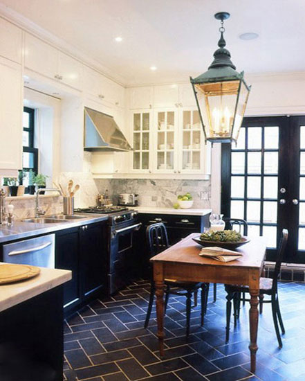 black kitchen rugs under cabinet lights 小厨房扩充妙招 让你看看最新家居 家居 人民网 2015厨房装修效果图 小户型不敢奢望有独立的餐厅 那就把餐厅和厨房合二为一 这样就让小户型也有了足够大的厨房空间 空间大了 感觉也亮堂了 想装修成黑色 系的厨房