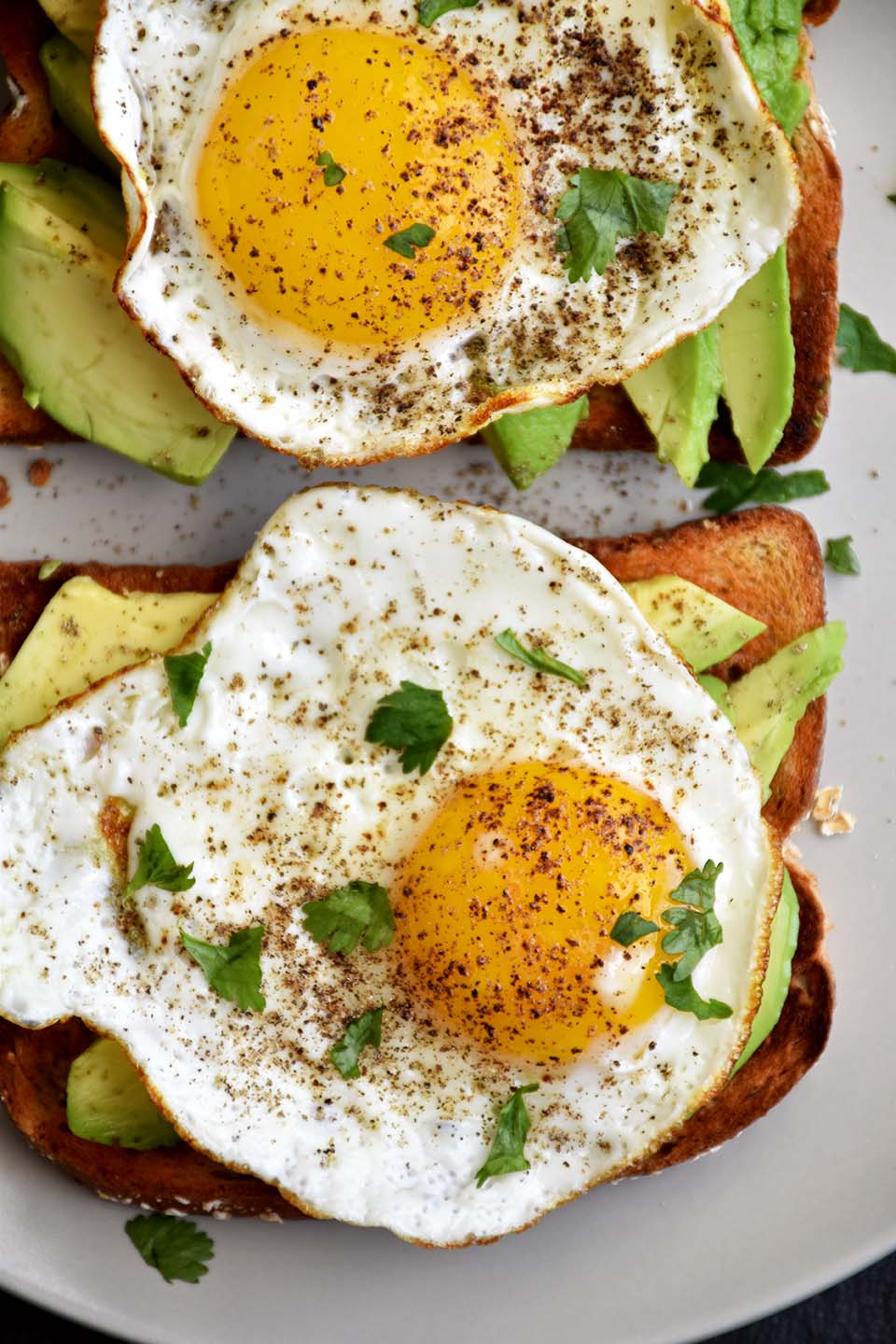 Avocado Egg Toast - Pepper Delight #pepperdelightblog #recipe #avocado #avocadoeggtoast #healthy #eggtoast #breakfast #10minutesrecipe #avocadotoast #toastrecipes #toastwithsunnysideegg #eggrecipes #proteinbreakfast