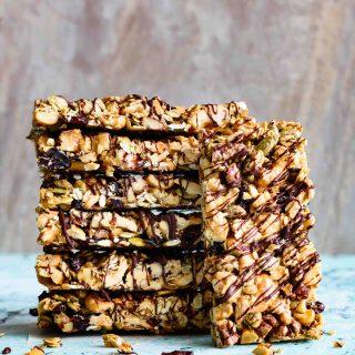 Healthy Nut Bars with Chocolate Drizzle- Pepper Delight #pepperdelightblog #recipe #snackbar #healthysnack #snack #chocolatesnackbar #postworkoutsnack #vegan #glutenfree #diaryfree #nutbar #granolabar #energybar