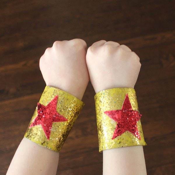 Brazaletes de superhéroes con rollos de papel