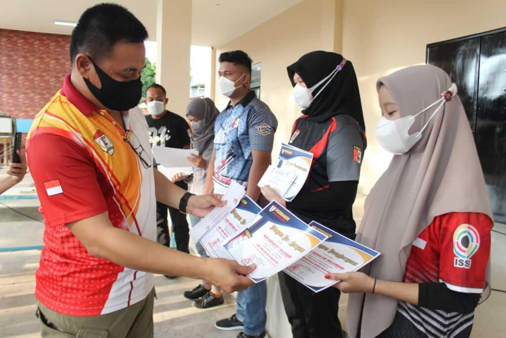 Ketua Perbakin Makassar Berikan Penghargaan Kepada Atlet Peraih Medali di Pra Porprov Sulsel 2021