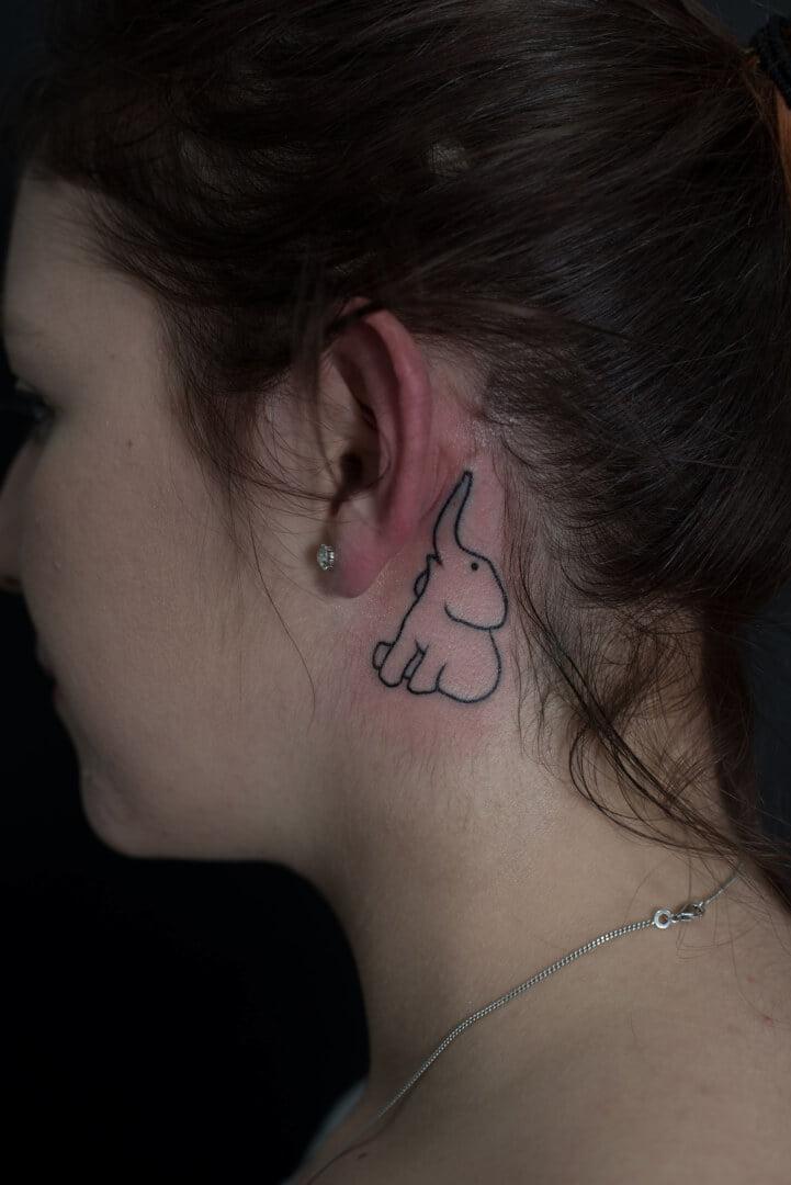 Tatouage éléphant, tattoo derrière l'oreille