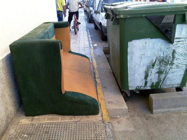 Siguem cívics: els mobles al carrer, quan toca.