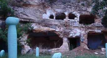 Η άγνωστη «Καππαδοκία» της Ελλάδας. Ο λόφος με τα υπόσκαφα που διχάζει τους αρχαιολόγους